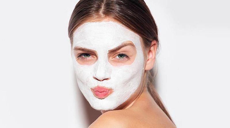 سوالی که احتمالا با آن روبرو هستید این است که چه ماسک صورتی مناسب پوست شما است؟ و یا وقتی ماسک مناسب پوست خود را پیدا کردید، با چه فواصلی باید از آن استفاده کنید که به پوست تان آسیب نزند؟ همین ها کافی است که باعث شود کلا قید مراقبت از پوست و ماسک زدن را بزنید. اما قبل از اینکه دست هایتان را بالا ببرید و تلاش خود را برای داشتن پوستی سالم و بدون چروک کنار بگذارید، چند نفس عمیق بکشید و به ما اجازه دهید کمک تان کنیم. بله، درست است؛ در ادامه همین مقاله متخصصان ما بهترین ماسک های صورت را برای پوست های مختلف به شما معرفی خواهند کرد. علاوه بر آن، شما را راهنمایی می کنیم تا متوجه شوید هر چند وقت یکبار می بایست از ماسک صورت استفاده کنید و در کل با تمام نکاتی که باید در مورد ماسک صورت بدانید آشنا خواهید شد. مطالب زیادی پیش رو داریم، پس اجازه دهید مستقیما به اصل موضوع بپردازیم و راجع به این صحبت کنیم که به طور عرف هر چند وقت یکبار باید از ماسک استفاده کرد.